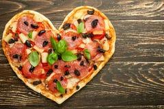 Van het de liefdeconcept van de hartpizza van de de Valentijnskaartendag romantische het diner Italiaanse gebakjes Op een houten  royalty-vrije stock fotografie