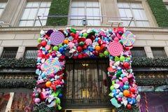Van het de luxewarenhuis van zakkenfifth avenue de de Vakantiedecoratie titelde `-Land van 1000 Verrukkingen ` in Manhattan Stock Foto