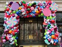 Van het de luxewarenhuis van zakkenfifth avenue de de Vakantiedecoratie titelde `-Land van 1000 Verrukkingen ` in Manhattan Stock Fotografie