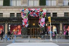 Van het de luxewarenhuis van zakkenfifth avenue de de Vakantiedecoratie titelde `-Land van 1000 Verrukkingen ` in Manhattan Royalty-vrije Stock Afbeeldingen
