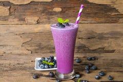Van het de milkshakemengsel van het bosbessen smoothiesl vruchtensap de drank gezonde hoogte - prote?ne de smaak yummy in de epis royalty-vrije stock foto's