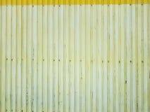 Van het de muurontwerp van de metaalbekleding van de de citroenkleur oude textuur als achtergrond met schroeven in het lagere dee Stock Foto