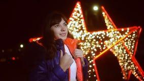 Van het de nachtjasje van het vrouwenmeisje de sjaal en de ster donker de winterlicht bokeh stock video
