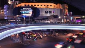 Van het de Nachtverkeer van Bangkok de Tijdtijdspanne Winkelcentrum MBK Thailand - 18 NOV. 2017 4K stock video