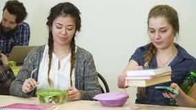 Van het de onderbrekings gezonde voedsel van het schooldiner de studentenvoeding stock videobeelden
