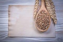 Van het de orengraan van de tarwerogge van de het gewassen na streeft het houten lepel uitstekende het document blad Stock Fotografie