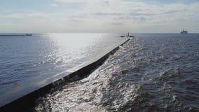 Van het de pierbolwerk van de pijlergolfbreker van de de kadedam Oostzeehommel van Riga Daugava de vlucht van de de stock videobeelden