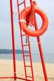 Van het de reddingsmateriaal van het badmeesterstrand de oranje reddingsboei Stock Foto's