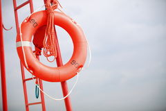 Van het de reddingsmateriaal van het badmeesterstrand de oranje reddingsboei Royalty-vrije Stock Foto