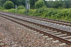 Van het de spoorwegdetail van de ijzer de roestige trein donkere stenen Stock Fotografie