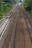 Van het de spoorwegdetail van de ijzer de roestige trein donkere stenen Stock Afbeeldingen