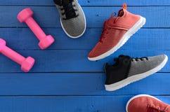Van het de sportschoeisel van vrouwen de rode, zwart-witte tennisschoenen en equipm Stock Fotografie