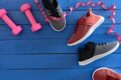 Van het de sportschoeisel van vrouwen de rode, zwart-witte tennisschoenen en equipm Royalty-vrije Stock Afbeelding