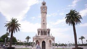 Van het de stadscentrum van Izmir de tijdspanne van de de klokketorentijd Turkije stock videobeelden