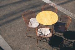 Van het de Stoelenrestaurant van de koffielijst Levensstijl van de de zetels de openluchtkoffie Stock Afbeeldingen