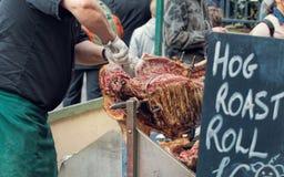 Van het de Straatvoedsel van het varkensbraadstuk de Marktverkoper Het snijden het Roosteren Varken Royalty-vrije Stock Fotografie
