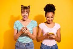 Van het de studentengebruik van portret positieve vrolijke opgewekte mooie smm van het de gebruikersapparaat van de het berichtsc stock foto