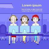 Van het de technische ondersteuningdienst of Telemarketing de Vrouwen van Call centrearbeiders met Computers over Exemplaarruimte royalty-vrije illustratie