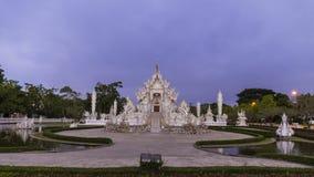Van het de tempel beroemde oriëntatiepunt van Wat Rong Khun mooie witte de reisplaats en populair van Chiang Rai, Thailand in de  stock videobeelden