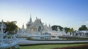 Van het de tempel beroemde oriëntatiepunt van Wat Rong Khun mooie witte de reisplaats en populair van Chiang Rai, Thailand in de  stock video