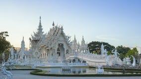 Van het de tempel beroemde oriëntatiepunt van Wat Rong Khun mooie witte de reisplaats en populair van Chiang Rai, Thailand in avo stock video