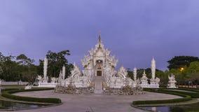Van het de tempel beroemde oriëntatiepunt van Wat Rong Khun mooie witte de reisplaats en populair van Chiang Rai, Thailand in och stock video