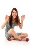 Van het de tienermeisje van de zomer de vrolijke zitting Stock Foto's