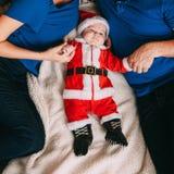 Van het de vakantie nieuw jaar van de oudersbaby santakostuum stock fotografie