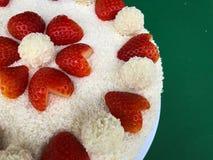 Van het de Verjaardagshuwelijk van de valentijnskaartendag de het Huwelijkscake Raffaello met hart vormde aardbeien gedroogde vla stock fotografie