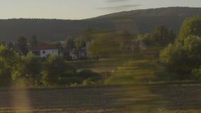 Van het de voorstadplatteland van Praag van het de weidegebied van de rivierbomen de zonsonderganglicht dat van trein wordt gezie stock video