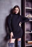 Van het de vrouwen perfect lichaam van de manierstijl van het de vorm de donkerbruine haar slijtage mooi model Stock Foto's