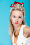 Van het de vrouwen pinup meisje van het portret de mooie blonde retro stijl op blauw royalty-vrije stock foto