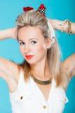 Van het de vrouwen pinup meisje van het portret de mooie blonde retro stijl op blauw stock fotografie