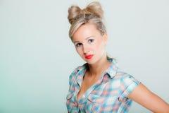 Van het de vrouwen pinup meisje van het portret de mooie blonde retro stijl op groen royalty-vrije stock foto's