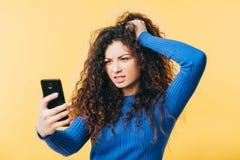 Van het de vrouwenhaar van de Wtffout boze smartphoneemotie royalty-vrije stock fotografie