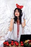 Van het de vrouwennieuwjaar van DJ van het de Achtergrond kerstmankostuum de hoofdtelefoons zilveren van het van de hoornenkerstm stock afbeelding