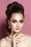 Van het de vrouwenportret van de schoonheids het zachte glamour donkerbruine verzamelde haar Royalty-vrije Stock Foto
