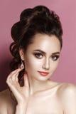 Van het de vrouwenportret van de schoonheids het zachte glamour donkerbruine verzamelde haar Stock Fotografie