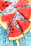 Van het de zomerfruit van de watermeloenijslolly yummy verse zoete het dessert houten teak stock afbeelding
