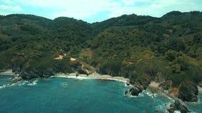 Van het eilandskopelos van Griekenland het kleine geïsoleerde strand stock video