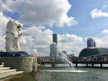 Van het embleemmerlion van Singapore het standbeeld en de fontein stock fotografie