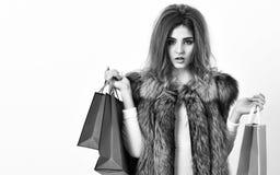 Van het het gezichts lange kapsel van de meisjesmake-up van het de slijtagebont het vest witte achtergrond Vrouw het winkelen lux royalty-vrije stock fotografie