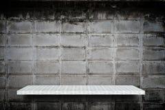 Van het grunge grijze blok van de weversplank tegen het cementachtergrond stock foto's