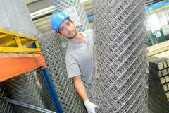Van het het broodjesmetaal van de mensenholding de schermende draad Stock Fotografie