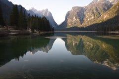 Van het het dolomietmeer van bezinningenbergen van het Zuid- dobbiaco toblach dolomiet Tirol Italië Royalty-vrije Stock Foto