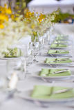 Van het het huwelijksdecor van het strand de lijst het plaatsen en bloemen Royalty-vrije Stock Foto