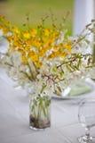 Van het het huwelijksdecor van het strand de lijst het plaatsen en bloemen Stock Afbeelding