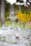 Van het het huwelijksdecor van het strand de lijst het plaatsen en bloemen Stock Foto's