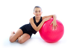 Van het het jonge geitjemeisje van de geschiktheids fitball Zwitserse bal de oefeningstraining Royalty-vrije Stock Afbeeldingen