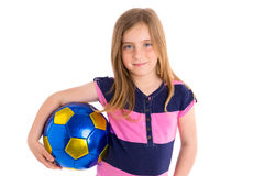 Van het het jonge geitjemeisje van het voetbalvoetbal de gelukkige speler met bal Royalty-vrije Stock Foto